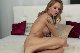 Incomparable eurobabe fingers her penurious pussy