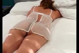 Mi esposa esperando a su amigo para su masaje con su nueva lencer&iacute_a para suamigo